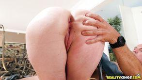 Жесткий секс на кухне со зрелой соблазнительной домохозяйкой